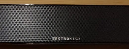 【TaoTronics TT-SK028 レビュー】ディスプレイの下にすっぽり収まる!バータイプのBlueToothスピーカー